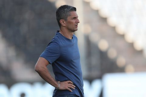 Ο Ραζβάν Λουτσέσκου δίνει οδηγίες στους παίκτες του ΠΑΟΚ κατά τη διάρκεια φιλικού προετοιμασίας απέναντι στον Βόλο | 9 Ιουλίου 2021