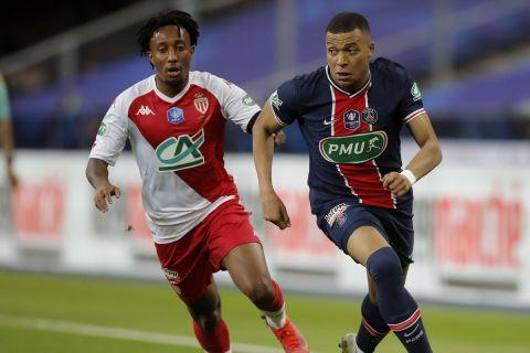 Ο Εμπαπέ μάχεται με την μπάλα κόντρα στον Ζέλσον Μαρτίνς στο Παρί - Μονακό για το Κύπελλο Γαλλίας.
