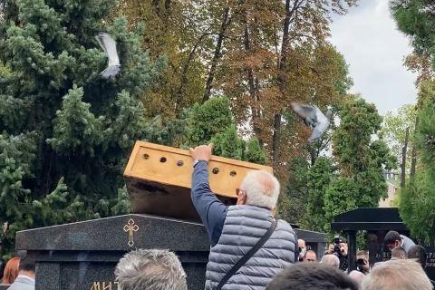Απελευθέρωση περιστεριών στην κηδεία του Ίβκοβιτς