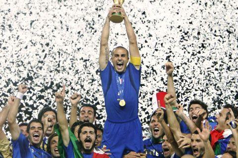 Ο Φάμπιο Καναβάρο σηκώνει το τρόπαιο του Παγκοσμίου Κυπέλλου με την εθνική Ιταλίας το 2006