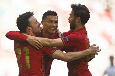 Οι Ρονάλντο, Ζότα και Μπερνάρντο Σίλβα πανυηγυρίζουν γκολ της Πορτογαλίας κόντρα στην Γερμανία στην τελική φάση του Euro 2020 | 19 Ιουνίου 2021