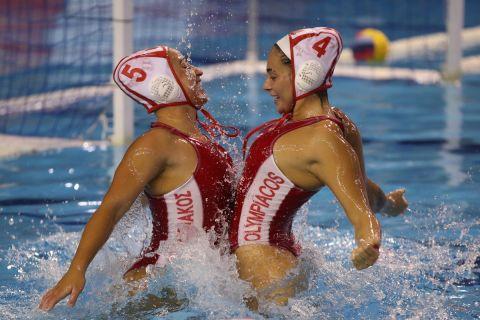 Οι παίκτριες του Ολυμπιακού πανηγυρίζουν την κατάκτηση του πρωταθλήματος