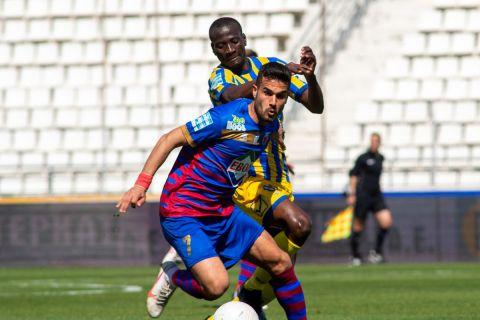 Ο Τάσος Κρητικός κοντρολάρει την μπάλα στο Βόλος - Παναιτωλικός για τα playouts της Super League Interwetten.