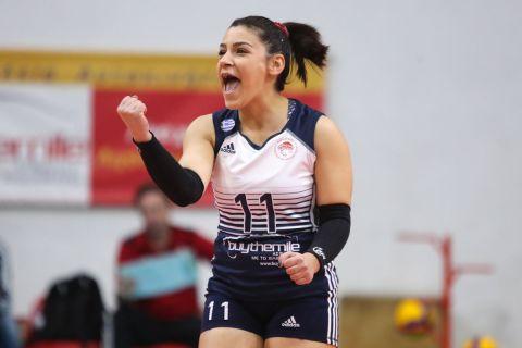 Η Ξένια Κακουράτου του Ολυμπιακού σε στιγμιότυπο αγώνα με τον Παναθηναϊκό για τη Volleyleague γυναικών 2019-2020   Κυριακή 2 Φεβρουαρίου 2020