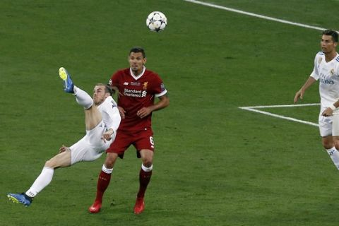 Real Madrid's Gareth Bale, left, scores his side's 2nd goal during the Champions League Final soccer match between Real Madrid and Liverpool at the Olimpiyskiy Stadium in Kiev, Ukraine, Saturday, May 26, 2018. (AP Photo/Darko Vojinovic)