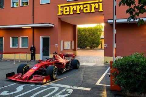 Ο Τσαρλς Λεκλέρκ έβγαλε τη Ferrari στους δρόμους του Μαρανέλο