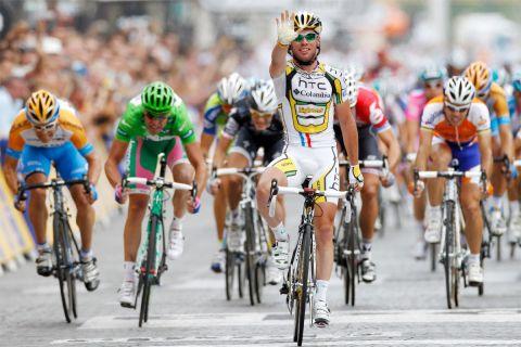 """Η δεύτερη συνεχόμενη νίκη του Κάβεντις στα Ηλύσια Πεδία (δεν το είχε πετύχει κανείς άλλος μέχρι τότε) στον Γύρο Γαλλίας του 2010. Ο """"Καβ"""" δείχνει με το χέρι του τις πέντε νίκες του σε ετάπ σε εκείνη τη διοργάνωση. Αριστερά ο Τζούλιαν Ντιν, δίπλα του με την πράσινη φανέλα ο Αλεσάντρο Πετάκι, πίσω δεξιά από τον Κάβεντις ο Θορ Χούσχοφντ και τέρμα δεξιά ο Όσκαρ Φρέιρε (25/7/2010)."""