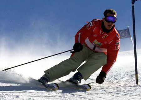 ROM12 - 20030117 - MADONNA DI CAMPIGLIO, ITALY : F1 Ferrari driver Michael Schumacher clears a gate, 17 January 2003, in Madonna di Campiglio (northern Italy) attending the F1 drivers ski races. EPA PHOTO ANSA/BENVENUTI