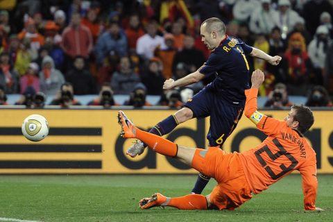 Ο Αντρές Ινιέστα τη στιγμή που κάνει το σουτ στην παράταση του τελικού του Παγκοσμίου Κυπέλλου του 2010 προ του Φαν ντερ Φάαρτ με το οποίο η Ισπανία κατέκτησε το τρόπαιο.