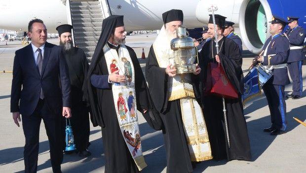 Άγιο Φως: Έφτασε στην Ελλάδα, δεν θα διανεμηθεί στις εκκλησίες