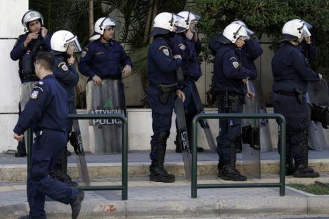 Συνοδεία αστυνομικών δυνάμεων οδηγέιται στο Εφετείο Αθηνών ο 29χρονος συλληφθείς που φέρεται να σχετίζετα με τις αποστολές φακέλων με εκρηκτικούς μηχανισμούς στον πρώην πρωθυπουργό Λουκά Παπαδήμο αλλά και σε αξιωματούχους της Ευρωπαϊκής Ένωσης, την Κυριακή 29 Οκτωβρίου 2017. (EUROKINISSI/ΓΙΑΝΝΗΣ ΠΑΝΑΓΟΠΟΥΛΟΣ)