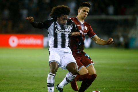 Ο Μπίσεσβαρ μάχεται για την μπάλα στην αναμέτρηση του ΠΑΟΚ με τη Ριέκα για τα playoffs του Europa Conference League.