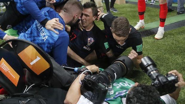 Ένας φωτογράφος συμμετείχε στους πανηγυρισμούς των Κροατών μετά το γκολ του Μάντζουκιτς (VIDEO)