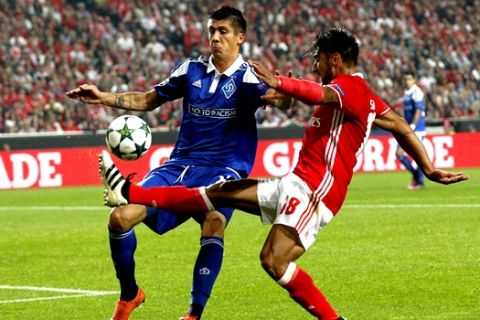 Benfica's Eduardo Salvio, right, fights for the ball with Kiev's Yevhen Khacheridi during the Champions League group B soccer match between Benfica and Dynamo Kiev at the Luz stadium in Lisbon, Tuesday, Nov. 1, 2016. (AP Photo/Steven Governo)