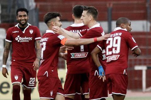 Οι παίκτες της ΑΕΛ πανηγυρίζουν γκολ κόντρα στον ΠΑΣ Γιάννινα για τα playouts της Super League Interwetten.
