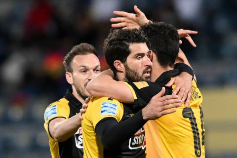 Οι παίκτες της ΑΕΚ πανηγυρίζουν γκολ που σημείωσαν κόντρα στον Αστέρα