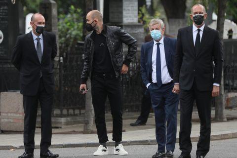 Οι αδελφοί Αγγελόπουλοι, ο Βασίλης Σπανούλης και ο Γιώργος Σκινδήλιας στην κηδεία του Ντούσαν Ίβκοβιτς