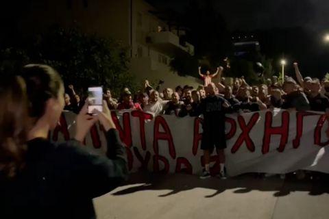 Οπαδοί του Ολυμπιακού αποθέωσαν τον Βασίλη Σπανούλη έξω από το σπίτι του, η Ολυμπία Χοψονίδου δεν σταμάτησε να βγάζει video