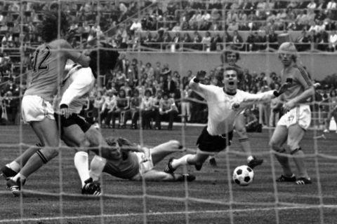 Ο Μπέρναρντ Χόλζενμπεϊν ανατρέπεται από τον Βιμ Γάνσεν στον τελικό του Παγκοσμίου Κυπέλλου του West 1974 ανάμεσα στη Δυτική Γερμανία και την Ολλανδία