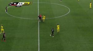 Διαιτητής εμπόδισε παίκτη να αμυνθεί, μπήκε γκολ και μέσω VAR το ακύρωσε!