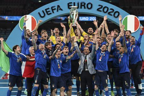 Οι παίκτες της Ιταλίας σηκώνουν το τρόπαιο του Euro 2020