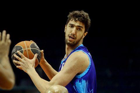Ο Νίκος Χουγκάζ σε φάση από αγώνα Ηρακλής - Ιωνικός για τη Stoiximan Basket League 2020/21