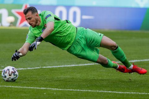 Ο Μάρτιν Ντουμπράβκα σε επέμβαση του από το ματς Σουηδία - Σλοβακία   18 Ιουνίου 2021