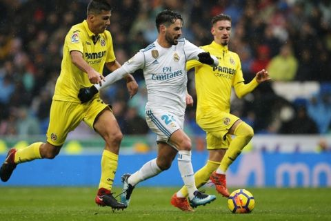 Real Madrid's Isco, centre, controls the ball during a Spanish La Liga soccer match between Real Madrid and Villarreal at the Santiago Bernabeu stadium in Madrid, Spain, Saturday, Jan. 13, 2018. (AP Photo/Paul White)
