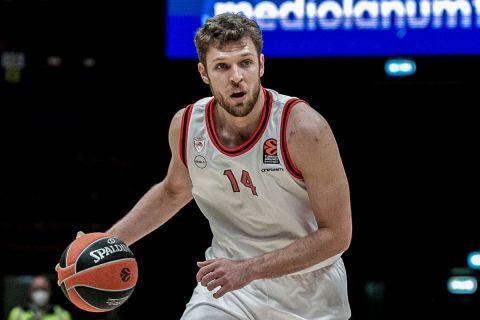 Ο Σάσα Βεζένκοβ σε φάση από αγώνα του Ολυμπιακού στη EuroLeague 2020/21