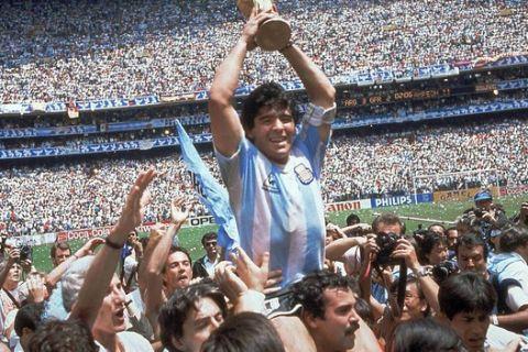Ο Ντιέγκο Αρμάντο Μαραντόνα πανηγυρίζει την κατάκτηση του Παγκοσμίου Κυπέλλου