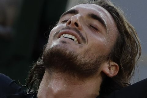 Ο Τσιτσιπάς πανηγυρίζει νίκη κόντρα στον Ρούμπλεφ στα προημιτελικά του Roland Garros.
