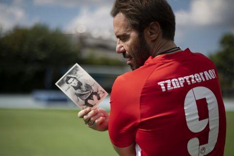 """Ο Στράτος Τζώρτζογλου κρατά τη φωτογραφία του από την εποχή που γυρίστηκε η """"Φανέλα με το Νο9"""""""
