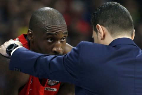 CSKA Moscow head coach Dimitris Itoudis, right, gives instructions to Othello Hunter during their Final Four Euroleague semifinal basketball match against Real Madrid, in Belgrade, Serbia, Friday, May 18, 2018. (AP Photo/Darko Vojinovic)