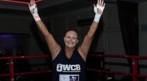 Γυναίκα με καρκίνο μάχεται για φιλανθρωπικό σκοπό με στόχο τις νέες έρευνες