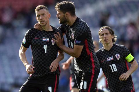 Ο Ιβάν Πέρισιτς πανηγυρίζει με τους συμπαίκτες του στο Euro 2020 γκολ κόντρα στην Τσεχία