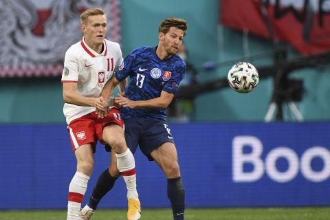 Ο Κάρολ Σβιντέρσκι με τη φανέλα της Πολωνίας κόντρα στην Σλοβακία για την πρεμιέρα του Euro 2020