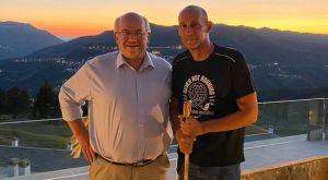 Ολυμπιακός: Ο Δήμαρχος Μετσόβου τίμησε με γκλίτσα τον Παναγιώτη Αγγελόπουλο