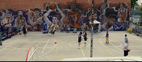 Το ανοιχτό γήπεδο με τοιχογραφίες ξένων παικτών