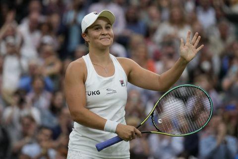 Η Άσλεϊ Μπάρτι πανηγυρίζει την πρόκρισή της στα ημιτελικά του Wimbledon 2021
