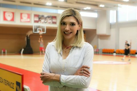 Η Χριστίνα Τσιλιγκίρη στο βοηθητικό μπάσκετ του ΣΕΦ