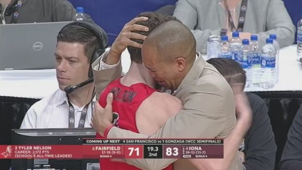 Προπονητής και παίκτης στο NCAA κλαίνε στο τελευταίο παιχνίδι του δεύτερου