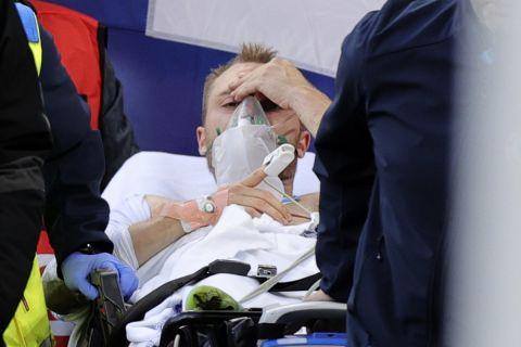 Με τη βοήθεια φορείου ο Κρίστιαν Έρικσεν οδηγείται εκτός γηπέδου μετά από την κατάρρευσή του κατά τη διάρκεια του αγώνα της Δανίας με την Φινλανδία για την πρεμιέρα του Euro 2020 (12 Ιουνίου 2020)