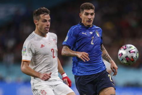 Οι Αθπιλικουέτα και Ντι Λορέντζο δίνουν μάχη για την μπάλα στο Ισπανία - Ιταλία για τα ημιτελικά του Euro 2020.