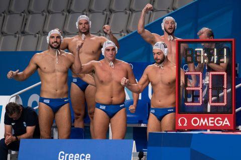 Οι παίκτες της εθνικής Πόλο ανδρών, πανηγυρίζουν γκολ που σημείωσαν κόντρα στο Μαυροβούνιο στους Ολυμπιακούς Αγώνες του Τόκιο