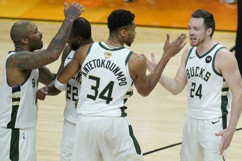 Οι παίκτες των Μπακς πανηγυρίζουν τη νίκη τους στο Game 5 των NBA Finals στην έδρα των Φοίνιξ Σανς