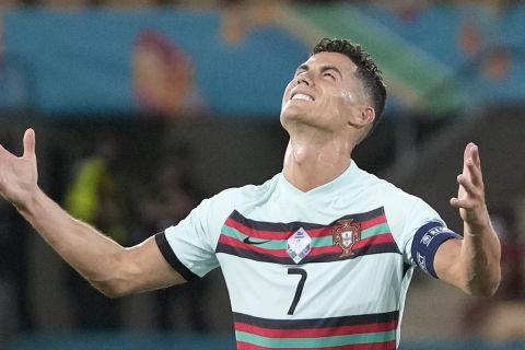 Ο Κριστιάνο Ρονάλντο απογοητευμένος μετά τον αποκλεισμό που γνώρισε η εθνική Πορτογαλίας από την εθνική Βελγίου
