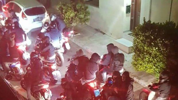 Οπαδοί έξω από το σπίτι του Αναστόπουλου