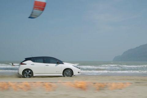 """Το Nissan Leaf """"τα έβαλε"""" με τη φωτιά και τον άνεμο"""