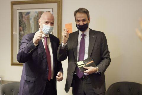 Το σετ καρτών των διαιτητών που δώρισε ο Τζάνι Ινφαντίνο στον Κυριάκο Μητοσάκη