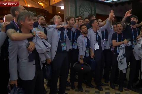 """Οι παίκτες της εθνικής Ιταλίας τραγουδούν το """"Notti Magiche"""" μετά την νίκη επί της Ουαλίας στο Euro 2020"""